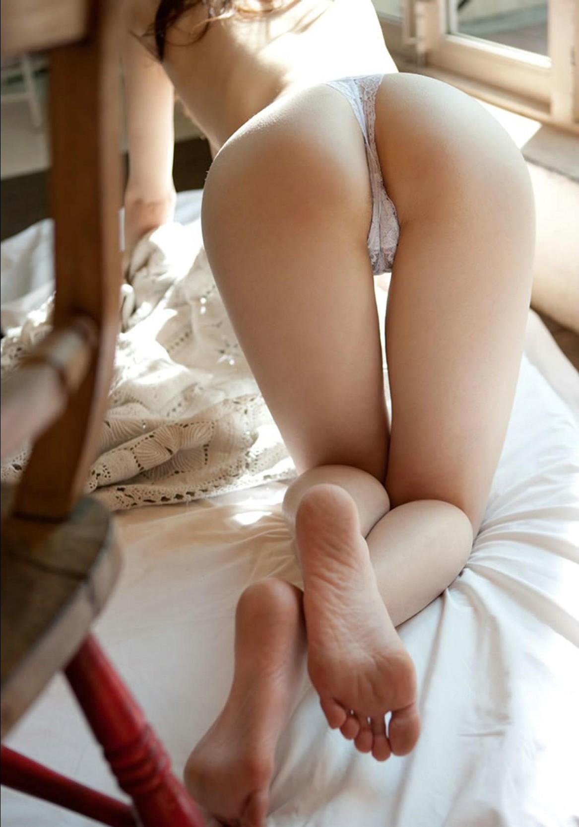 ハダカと美脚足の裏