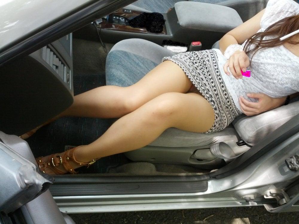 美脚と車とスカート
