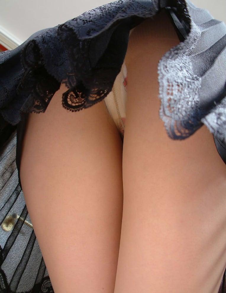 スカートの中と裏腿